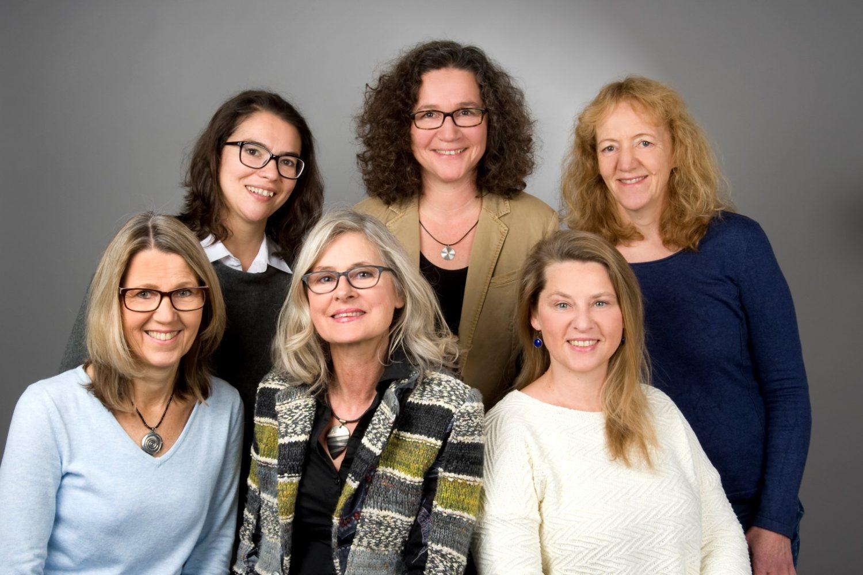 Unser Team - obere Reihe: Anastasia Löpers-Romanjak, Gabriele Sponholz, Annett Petrovic-Zehnpfund; untere Reihe: Tinni Ernst (Sekretariat), Gudrun Stolze, Anke Gebler-Bock