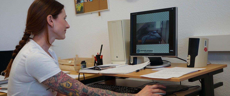 Yana Schmitz produziert Hörbücher als Lernmaterial und lädt regelmäßig Inhalte auf die Lernplattform