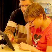 Volkshochschule Heinsberg bietet Tablet- und Internetschulungen in leichter Sprache für Menschen mit Behinderung in der Lebenshilfe Heinsberg an